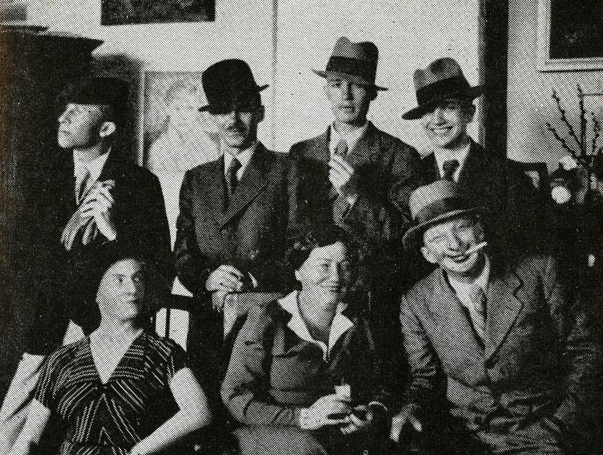 Одна из дружеских встреч в Жолибоже в 1933–1935 годах, стоят слева направо: Вацлав Таранчевский, Яцек, Марек и Вавжинец Жулавские, сидят: Эля Лабунская, Зофья Кшептовская и Юлиуш Жулавский в маске, фото из семейного архива Жулавских