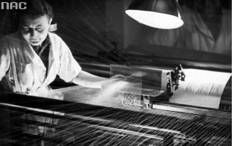 Kobieta przy krośnie, fabryka lnu w Żyrardowie, ok. 1920, fot. NAC / audiovis.nac.gov.p