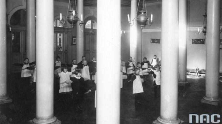 Przedszkole przyfabryczne w Żyrardowie. Dzieci podczas gimnastyki ok. 1920, fot. Koncern Ilustrowany Kurier Codzienny / zbiory NAC / www.audiovis.nac.gov.pl