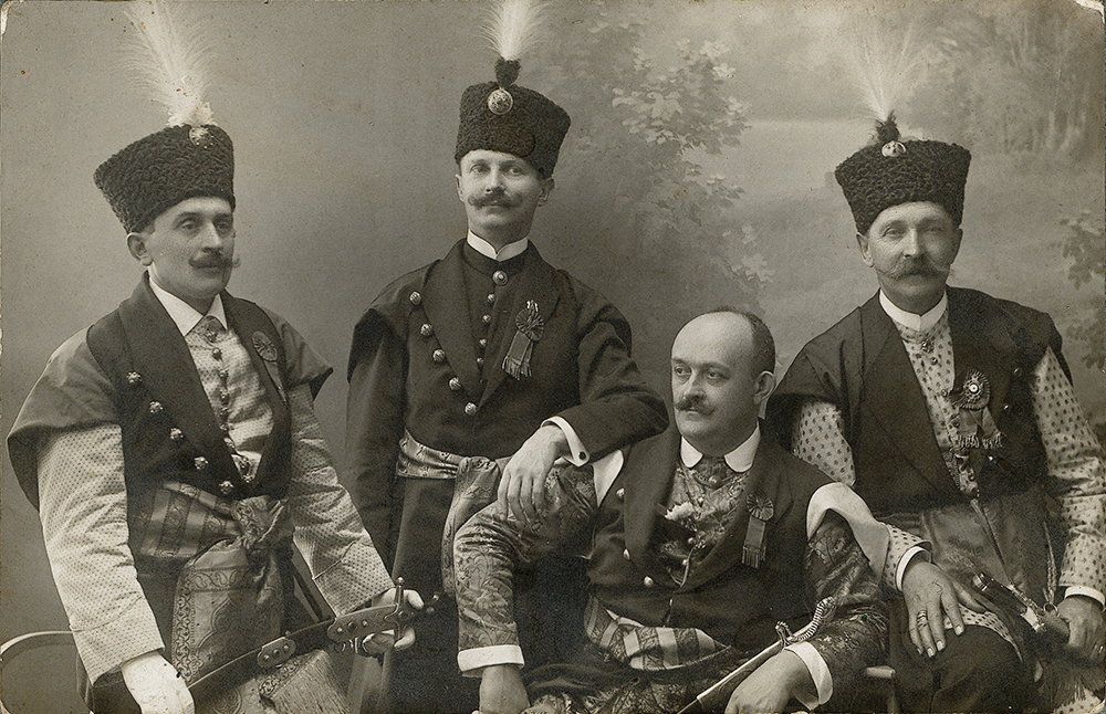 Noblemen in kontuszes with sabres, picture taken in Lwów in the 1920s, reproduction: FoKa / Forum