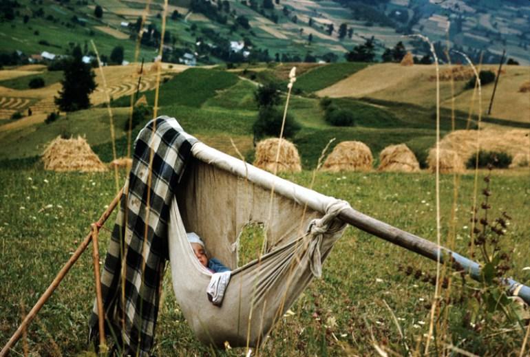 Dziecko w kołysce, lata 60-te, fot. Chris Niedenthal / Forum