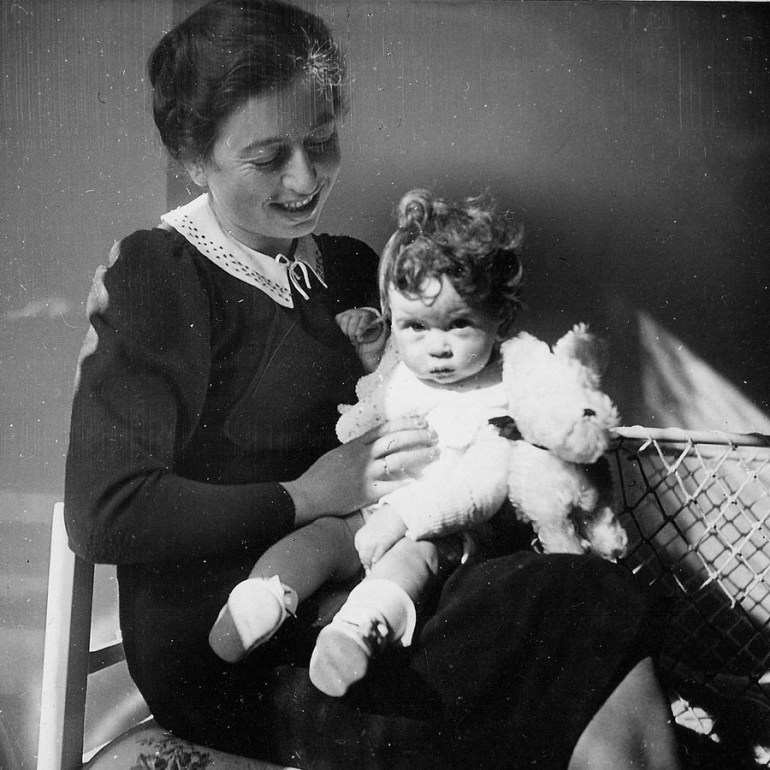 Little Piotr Zysman – later Zettinger – with his mom in 1938. Archive photo from the book  'Prawdziwa historia Ireny Sendlerowej', photo: Margines Publishing House press materials