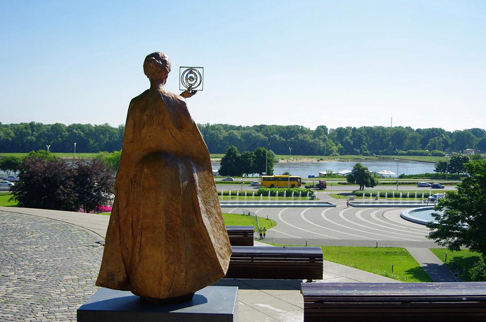 Pomnik Marii Skłodowskiej-Curie na skarpie wiślanej w Warszawie, fot. Zofia i MArek Bazak/East News