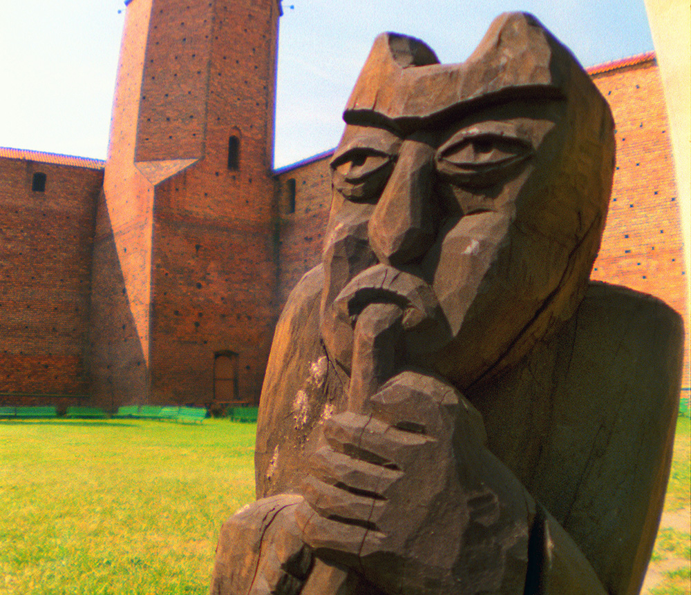The castle and museum of the Devil Boruta. A sculpture of Boruta in the Łęczyca Castle courtyard, photo: Maciej Piasta / Forum