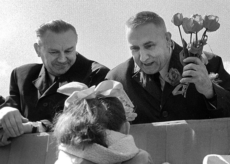 Pochód pierwszomajowy, członkowie władz partyjnych i państwowych na trybunie honorowej. Na zdjęciu: Piotr Jaroszewicz (z lewej) i Edward Gierek odbierają kwiaty od uczestników pochodu, fot. Krzysztof Wojciechowski/Forum