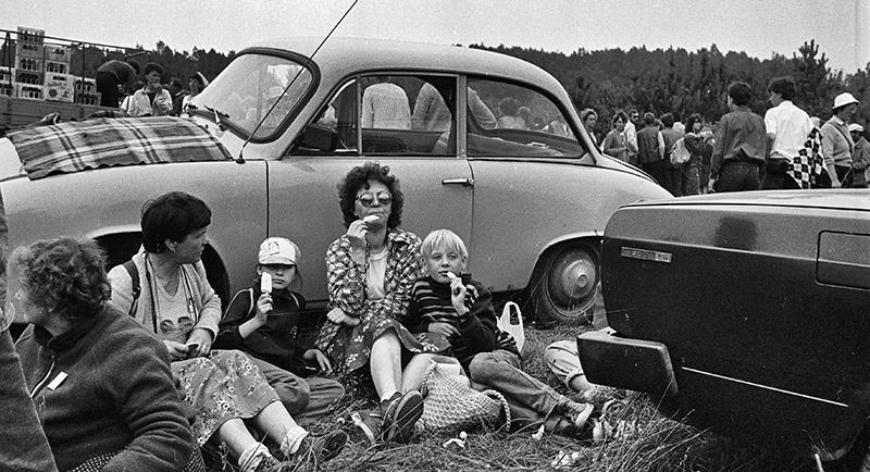 Częstochowa, 1985. Na zdjęciu: Pielgrzymi odpoczywają i jedzą lody Bambino. Fot. Krzysztof Pawela / Forum