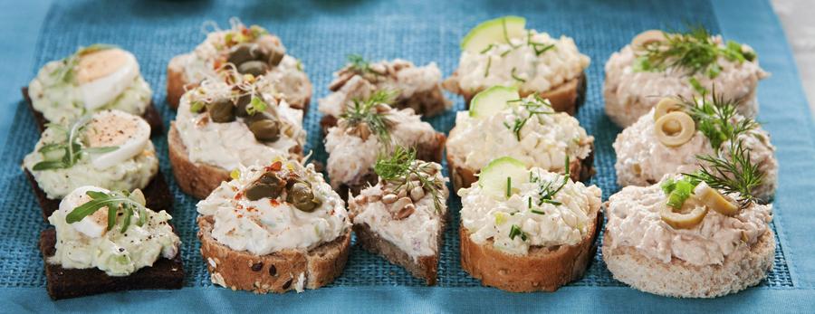 Kanapeczki z pastą z awokado, z jajkiem na twardo, oliwkami z twarogiem, wędzoną makrelą i pestkami słonecznika, jajkiem, porem, szczypiorkiem i ogórkiem,  tuńczykiem i żółtym serem, fot.   Arkadiusz Ścichocki / AG