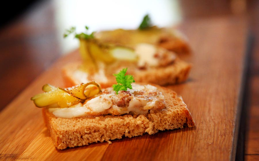 An open sandwich with rustic bread, goose lard, garlic, marjoram and pickled cucumber. Photo: Michał Bedner / AG