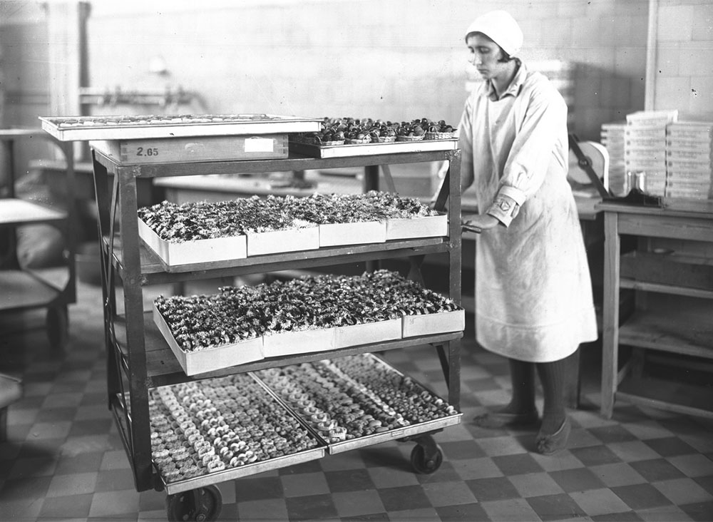 The final production stage with finished confectionery products at the Piasecki factory in Kraków, 1932, photo: www.audiovis.nac.gov.pl (NAC)