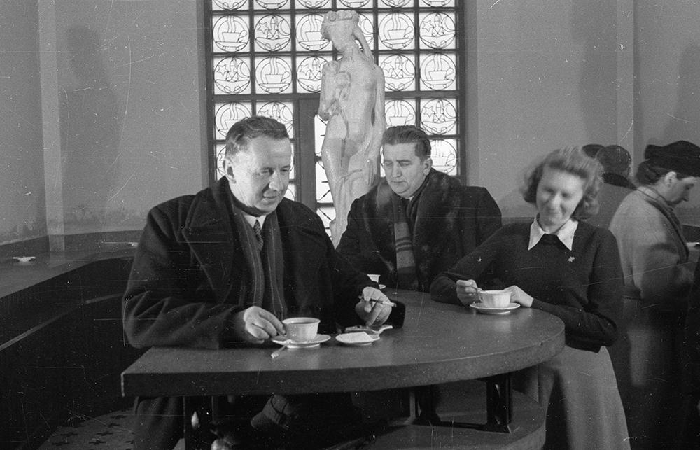 Probiernia kawy i herbaty Sułtan. Na zdjęciu: konsumenci przy stolikach w pijalni, fot. PAP