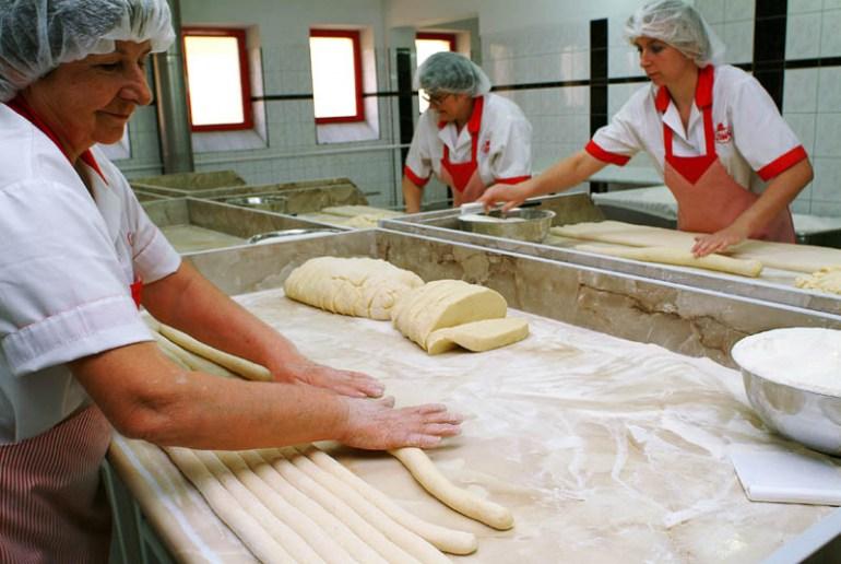 Przygotowywanie cista na kluski , fot. Jacenty Dedek/Reporter