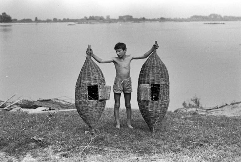 A boy holding two crayfish cages, Wisła, 1967, photo: Jerzy Dabrowski/ Forum