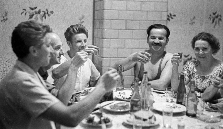 Lata 60. Peerelowska rodzina przy stole w czasie wspólnego posiłku, fot. Zbyszko Siemaszko / Forum