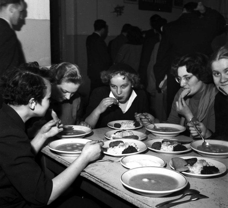 Warszawa, lata 50., studentki w czasie posiłku w barze mlecznym, fot. Zbyszko Siemaszko / Forum
