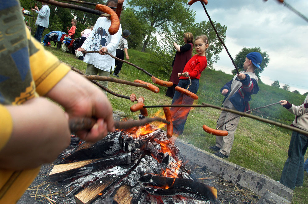Roasting sausages by the bonfire has been a quintessentially Polish passtime for many years - long before barbecues became popular, photo: Krzysztof Pacuła / Forum