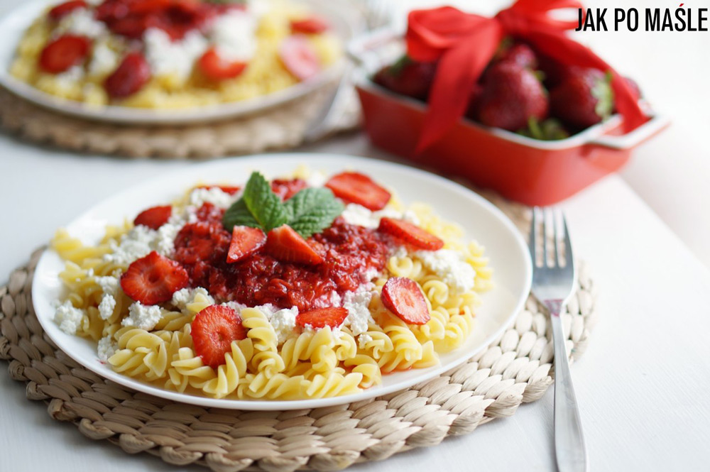 Noodles with Strawberries and White Cheese, photo source from blog www.jakpomasle.pl