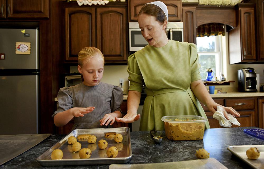 Rodzina Mennonitów. Cuba, Missouri, U.S. Ruth uczy swoją córkę Krixana gotowania, fot. Andriana Mereuta/Zuma Press/Forum