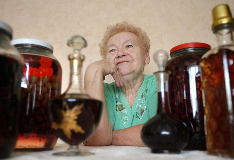 Pani Stefania Łęgowska specjaliuzuję się w nalewkach z działkowych owoców, fot.  Grzegorz Skowronek / AG