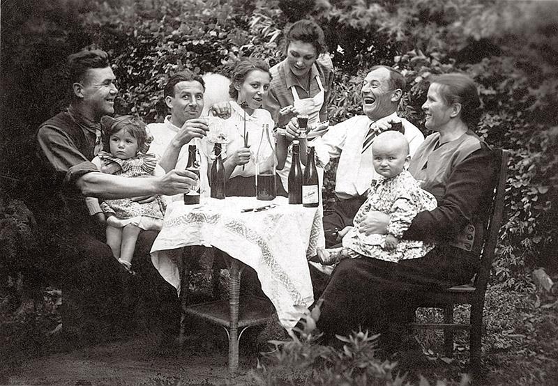 Rodzina Państwa Fila popijająca nalewki, Kobylnica (koło Słupska,), 1950, photo: Janusz Fila / Forum