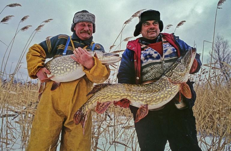Brygada Dorotowo: Franciszek Urra i Juliusz Groszek. Połów niewodem na jeziorze Luterskim, Warszawa, fot. Piotr Płaczkowski / Reporter