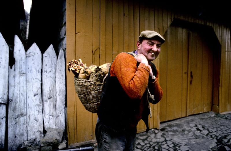 Rolnik w Lanckoronie, lata 70., z koszem brukwi, fot. Chris Niedenthal / Forum
