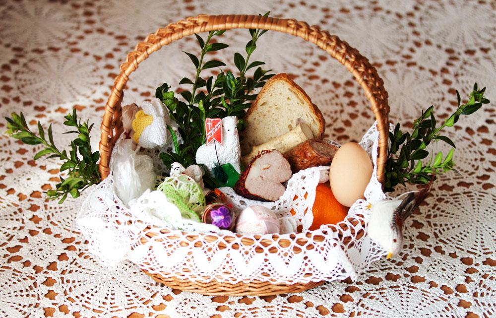 Easter basket containing ham, sausage, eggs, a sugar lamb and horseradish, photo: Maciej Goclon / East News