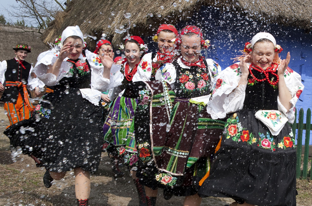 Girl in traditional clothes poured with water on Śmigus Dyngus, photo: Marian Zubrzycki / Forum