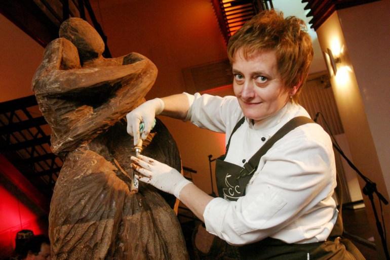 Bożena Sikoń making a chocolate sculpture, photo: Paweł Terlikowski / Forum