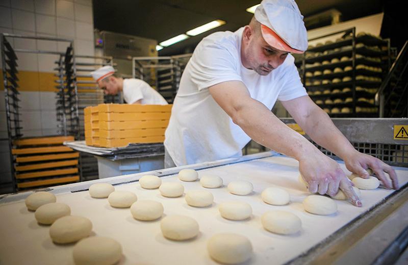 Polish doughnuts, called pączki,  Sławomir Mielnik  bakery, photo: Renata Dabrowska / Agencja Gazeta