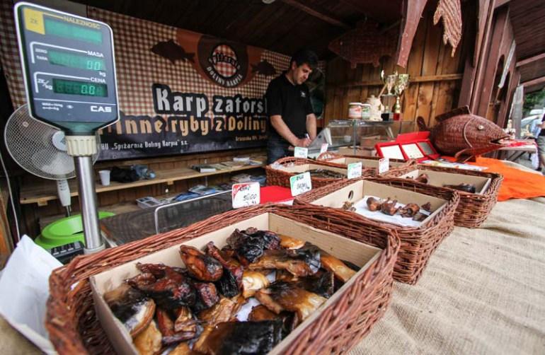 Stoisko z produktami z karpia zatorskiego na placu Wolnica w Krakowie, fot. Jan Graczynski / East News