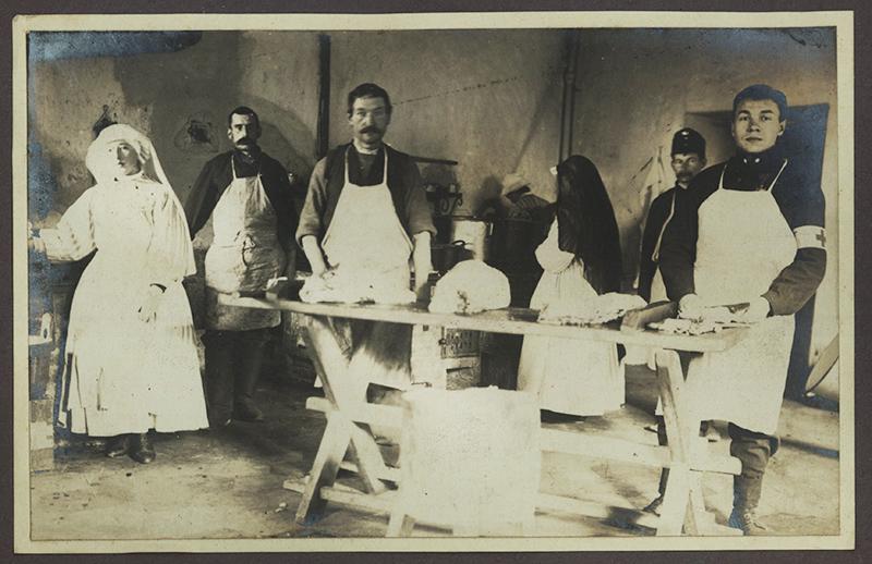 Pielęgniarki i pielęgniarze, Cesarski i Królewski Szpital Choleryczny (Łagiewniki), 1914 -1915, fot. Cyfrowa Biblioteka Narodowa, www.polona.pl
