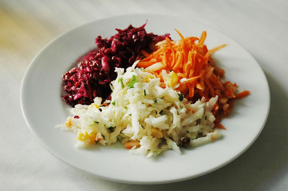 Тарелка овощных салатов, фото: Войтек Ляский/East News