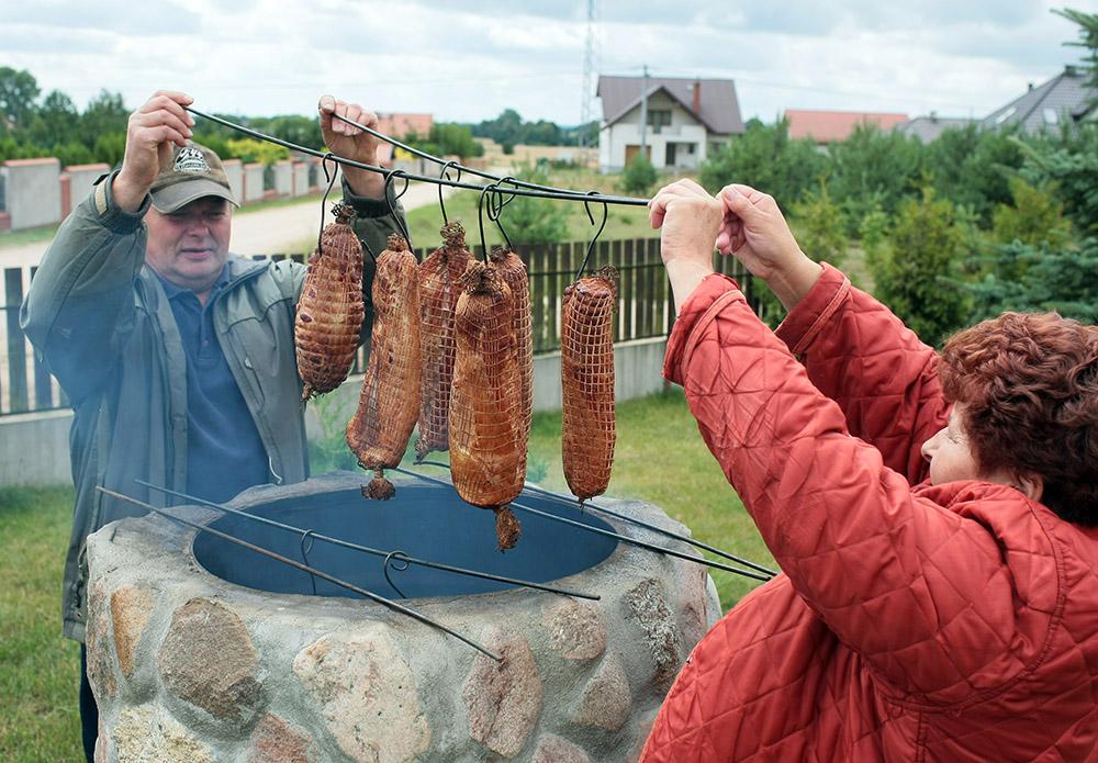 Smoking meat in a backyard smokehouse, photo: Piotr Mecik/Forum