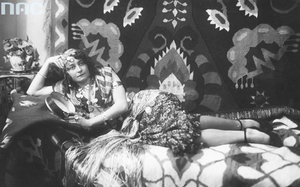 Bal kostiumowy prasy w Gdyni. Na zdjęciu: uczestniczka balu pani dyrektorowa Grabowska w nagrodzonym kostiumie Cyganki, 1920, fot. www.audiovis.nac.gov.pl (NAC)