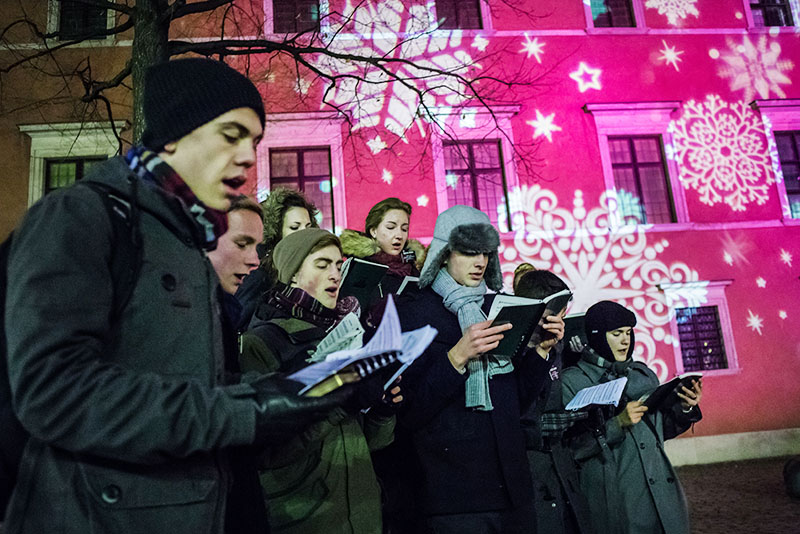 One of the many choirs singing charrols on the streets of Warsaw, photo: Tomasz Adamowicz / Forum