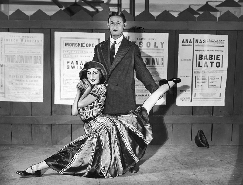 A scene from the revue Zjazd Centrośmiechu at the Qui Pro Quo cabaret in Warsaw, 1930, pictured: Adolf Dymsza & his wife Zofia Olechnowicz, photo: www.audiovis.nac.gov.pl (NAC)