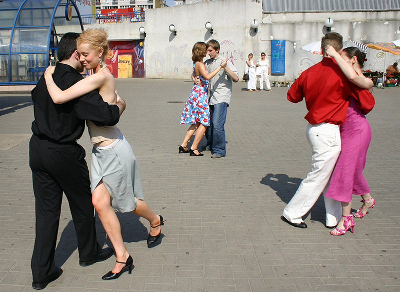 Flashmob tango by Złota Milonga Argentinian Tango club outside Centrum station, Warsaw, 25/07/2004, photo: Paweł Szwapczyński/Forum
