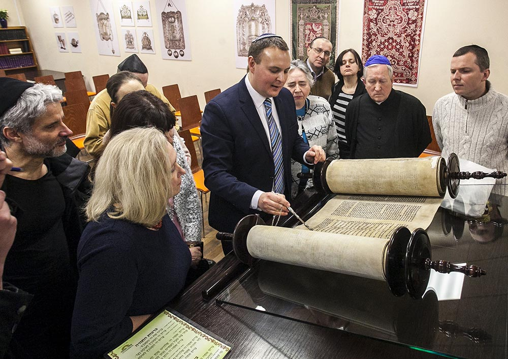 Rabin Stas Wojciechowicz showing a Torah scroll to members of the Ec Chaim congregation in Warsaw, photo: Tomasz Gołąb/Foto Gość/Forum