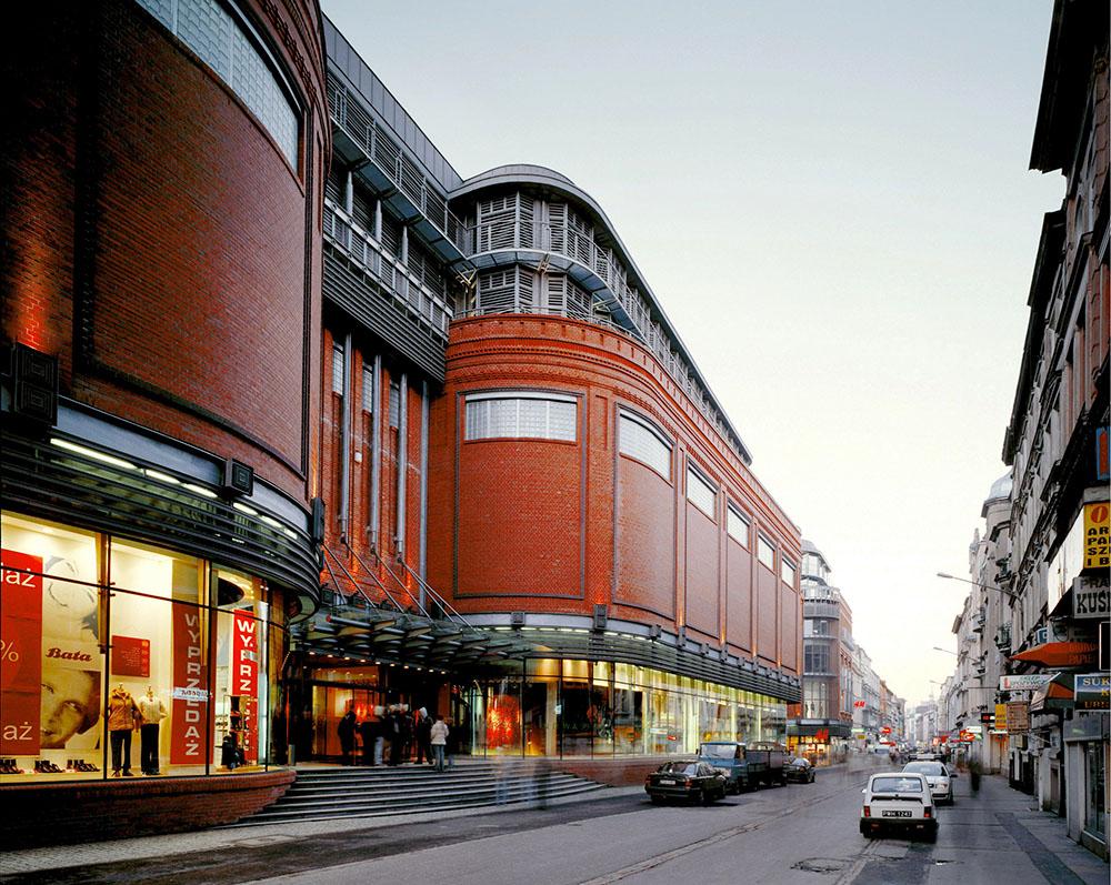 Półwiejska Street in Poznań. In the image: The Stary Browar shopping and office centre, photo: Wojciech Kryński/Forum