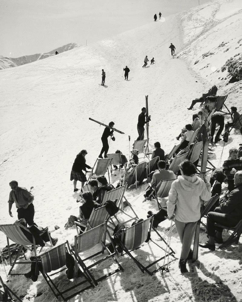Leżakownia na Kasprowym Wierchu w połowie XX w. Śnieg, narty, leżak i piwo w kwietniowym słońcu. Ta moda już nie wróci, wtedy jeszcze nie wszystko regulowały paragrafy i przepisy.