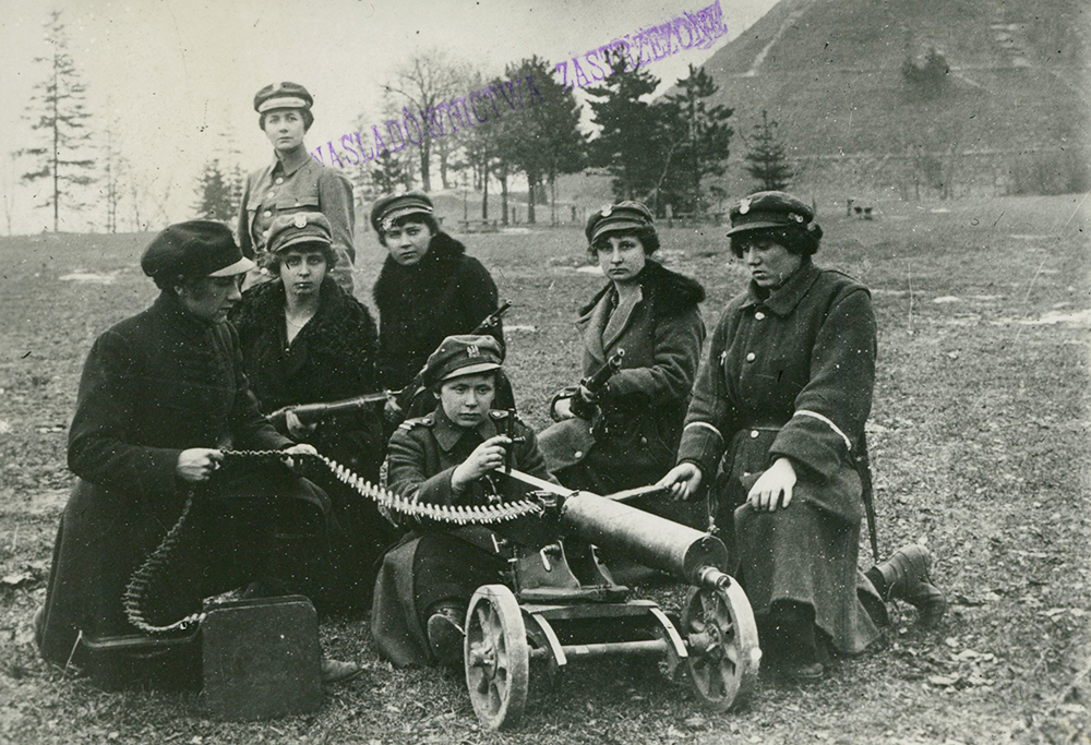 Women's League in Lviv, by machine guns in front of the Unia Lubelska Mound, 1918, photo: National Library/POLONA