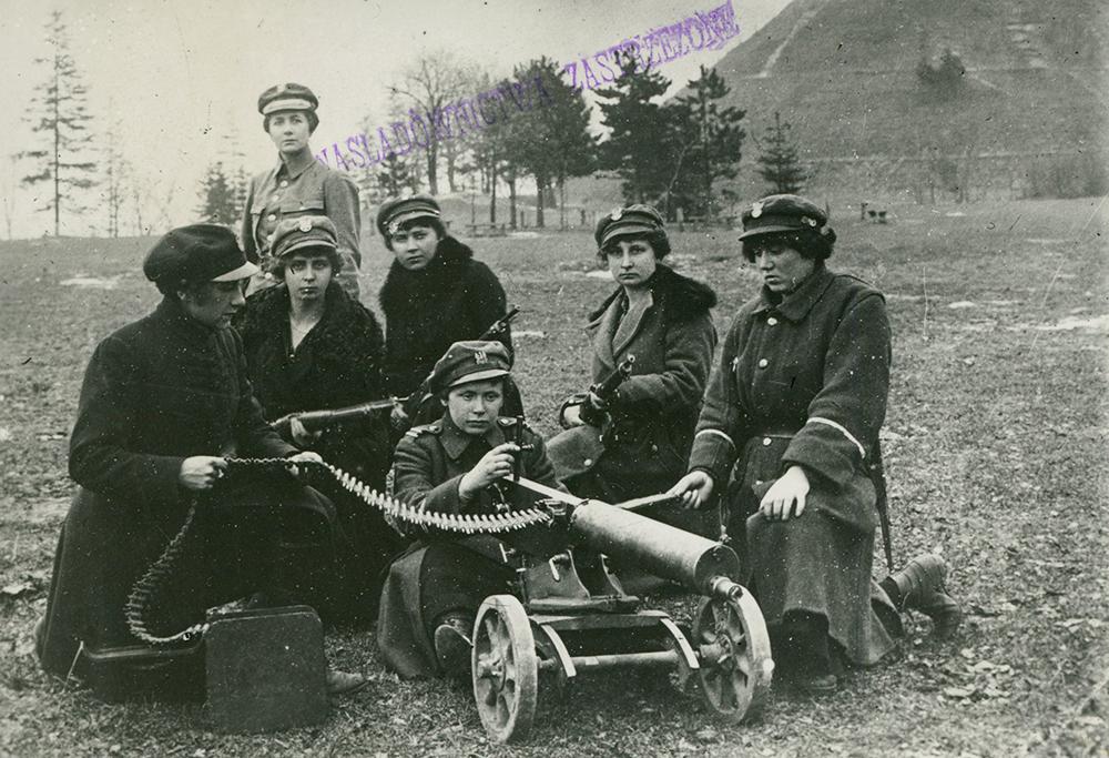 Legia Kobieca we Lwowie, przy karabinach maszynowych przed Kopcem Unii Lubelskiej, 1918, fot. Biblioteka Narodowa/POLONA