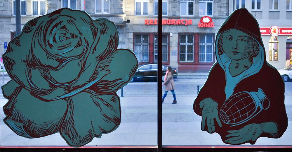 """Wanda Krahelska, praca z wystawy """"Zanegować negacje"""" rosyjskiej grupy Chto Delat BWA Awangarda, Wrocław. Kolektyw propaguję koncepcje twórczości aktywnie zaangażowanej w procesy społeczne i polityczne, idee suwerenności sztuki wobec panującego układu politycznego, fot. Bartłomiej Kudowicz/Forum"""