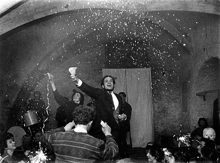 Barbara Nawratowicz- aktorka, piosenkarka i Piotr Skrzynecki- felietonista, konferansjer, historyk sztuki w Piwnicy pod Baranami, Kraków 1957 r., fot.Wojciech Plewinski / Forum