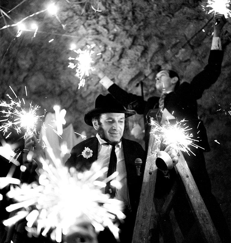 Piotr Skrzynecki podczas jubileuszu 10-lecia Piwnicy pod Baranami, 26 maja 1966,  fot. Lucjan Fogiel / Forum
