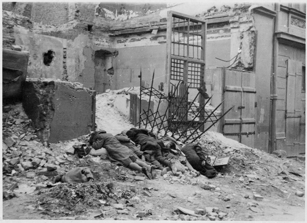 Фотография из отчета Юргена Штропа. Оригинальная немецкая подпись: «Бандиты, уничтоженные в бою». Фото: wikimedia.org