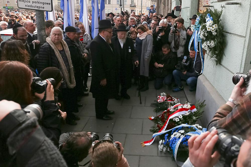 Марш памяти в 75-ю годовщину ликвидации краковского гетто, 11.03.2018. Возложение цветов у сохранившейся стены гетто. Фото: Филип Радваньский / Forum