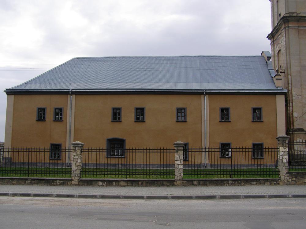 Монастир отців бернардинів —  колишнє приміщення гімназії ім. Генрика Сенкевича, липень 2017 року. Фото: Тетяна Федорів