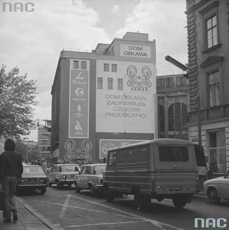 """Reklama """"Domu Obuwia"""" mieszczącego się w dawnym Domu Towarowym Braci Jabłkowskich przy ul. Brackiej w Warszawie, 1976, fot. NAC"""