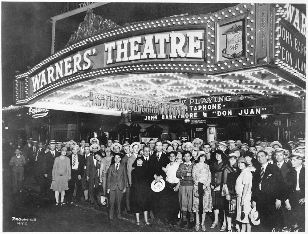 First nighters posing for the camera outside the Warners' Theater before the premiere of Don Juan with John Barrymore, photo: Wikipedia